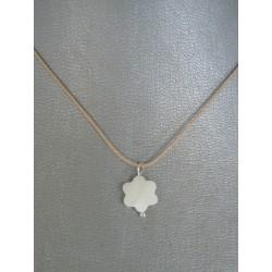 cordoncito ajustable en seda con cierre en plata de Ley y flor en nacar