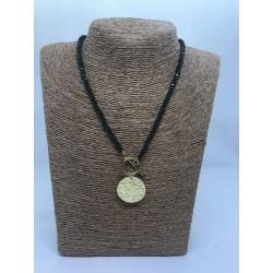 collar de bolas de cristal y pieza de acero dorada martilleada