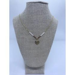 collar de acero dorado con bolas bancas y marrones con pieza de los puntos cardinales